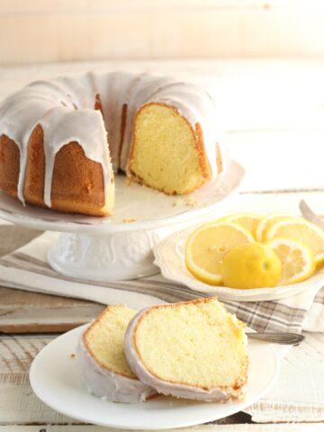 Homemade Lemon Pound Cake is so moist and flavorful. #lemon #lemoncake #poundcake #recipes