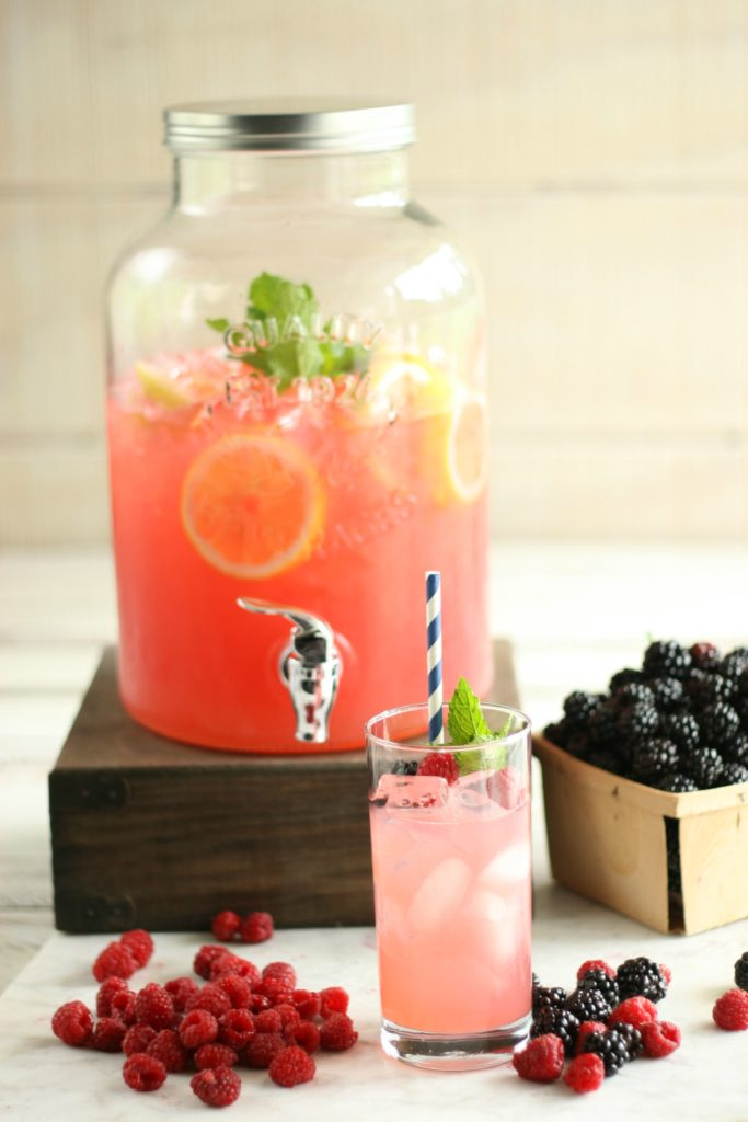 Make this delicious and refreshing homemade Blackberry Raspberry Lemonade using only a few ingredients. #lemonade #recipes